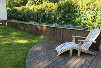 Terras met plantendecoratie in hout